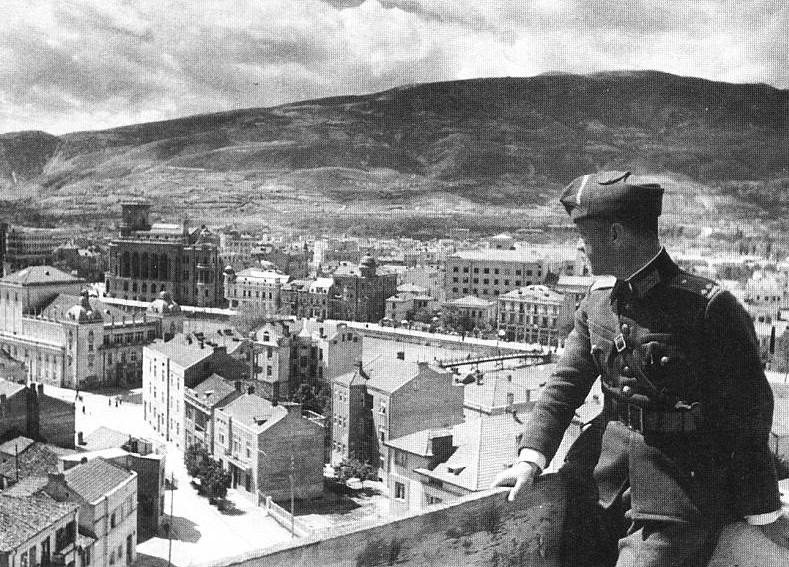 Българският офицер от Прилеп Сотир Нанев в освободения Скопие през април 1941 година